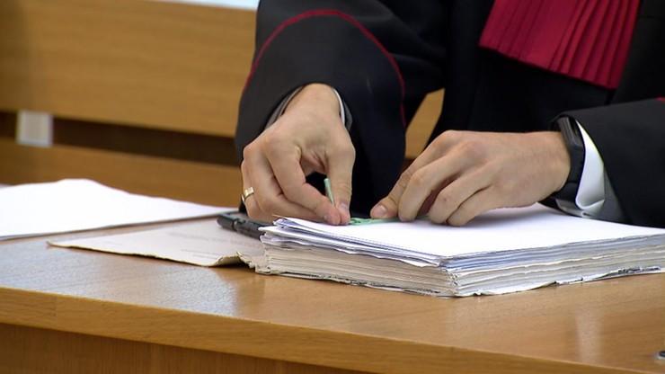 Proces ojczyma oskarżonego o znęcanie się nad dziećmi. 13-latek popełniło samobójstwo