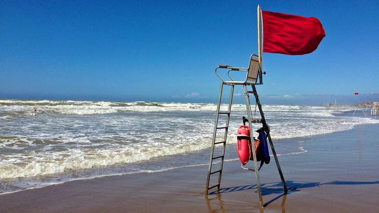 Czerwone flagi nad plażami w Trójmieście. Sinice atakują