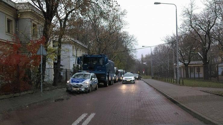 2016-11-11 Policja przygotowała sprzęt na zamieszki. Polewaczka w Parku Skaryszewskim w Warszawie