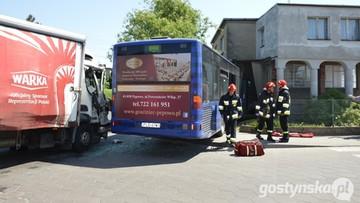 19-05-2017 13:53 Autobus zderzył się z ciężarówką. 11 osób rannych
