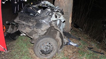 06-04-2016 08:26 Samochód uderzył w drzewo. Nie żyje trzech młodych mężczyzn