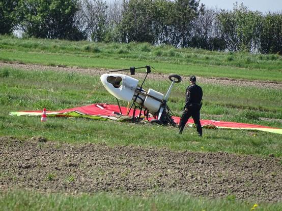 Lotnia rozbiła sie na polu podczas lądowania.