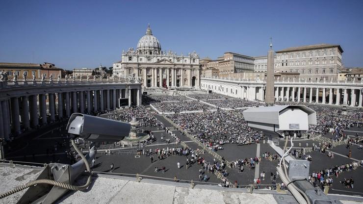 Więźniowie pomagają pielgrzymom w Watykanie