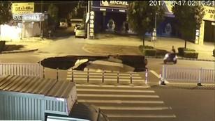 Gigantyczna dziura w Chinach. Wielki lej zamiast drogi