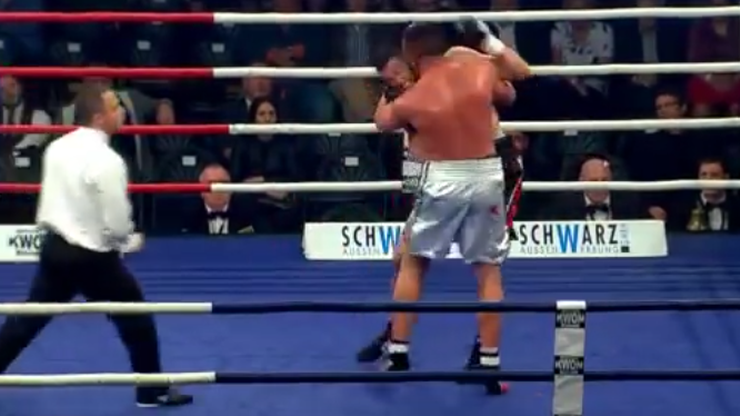 Trener znokautował pięściarza! Surowa kara z próbę odgryzienia ucha (WIDEO)