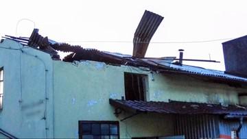 Porywisty wiatr łamie drzewa, zrywa dachy