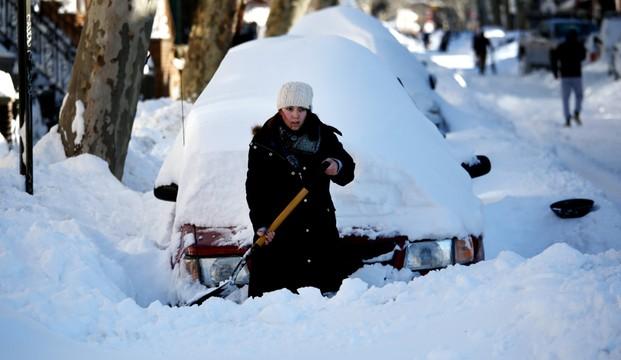 USA: Po śnieżycy wznowiono w Nowym Jorku ruch samochodowy