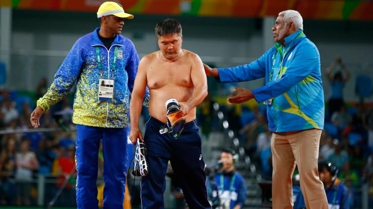 Rio 2016: Protest mongolskich trenerów, czyli striptiz na macie (ZDJĘCIA)