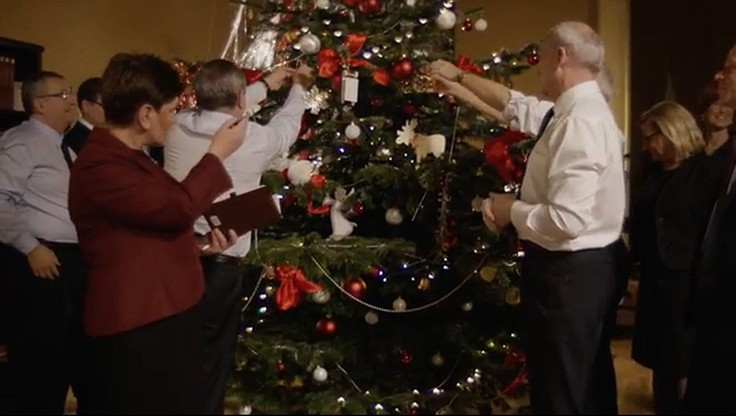 """""""Łamiąc się opłatkiem spójrzmy na siebie z miłością"""" - świąteczne życzenia Beaty Szydło"""