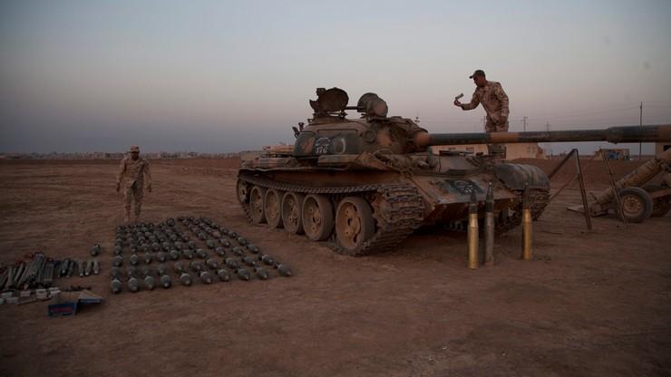 Czołgi z drewna i manekiny z brodami. Państwo Islamskie próbuje zmylić ataki