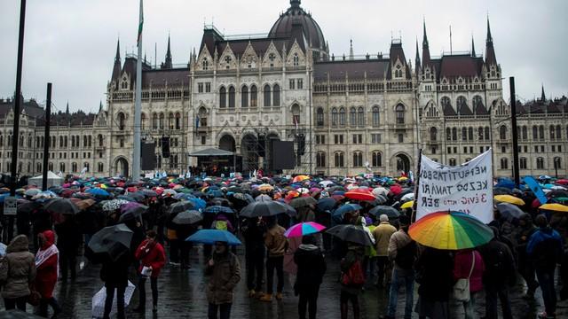 Węgry: tysiące ludzi protestowały przeciwko zmianom w oświacie