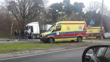 29-04-2017 12:16 Ciężarówka uderzyła w citroena, citroen w sygnalizację, a ta upadła na pieszych