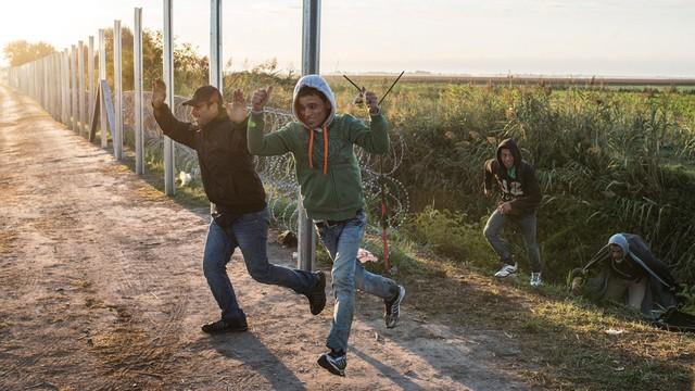 Węgry: imigranci przerwali kordon przy granicy z Serbią