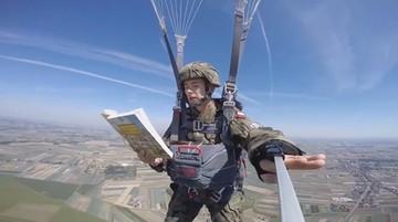 """02-09-2016 11:22 Komandosi czytają """"Quo vadis"""" w trakcie spadochronowych skoków"""
