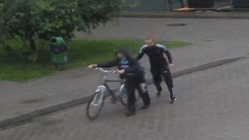 Ktoś ukradł lodówkę. Policja poszukuje trzech młodych mężczyzn