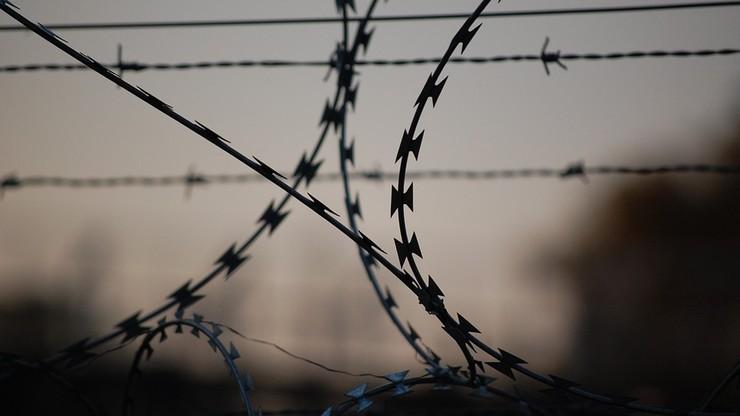 Wypuścili więźnia na wolność przez pomyłkę. Policja prosi go, aby wrócił