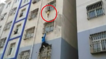 30-10-2016 21:42 Dwulatek zwisał z okna. Dramatyczna akcja ratunkowa w Chinach
