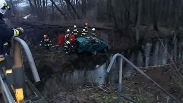 02-01-2018 15:18 Cztery osoby w samochodzie, który wpadł do rzeki. Trafiły do szpitali