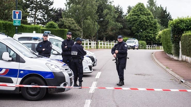 Francja: trzy osoby zatrzymano w związku z zabójstwem policjanta