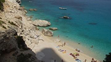 22-07-2016 07:15 Turyści rozkradają plaże Sardynii. Włoskie media ostrzegają: zaostrzono kontrole bagaży