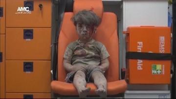 18-08-2016 11:12 Zakrwawiony, pokryty kurzem chłopiec wyciągnięty z gruzów. Przeżył bombardowanie w Aleppo