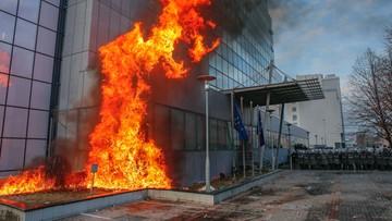09-01-2016 17:45 Antyrządowa demonstracja w Prisztinie. Protestujący podpalili siedzibę premiera