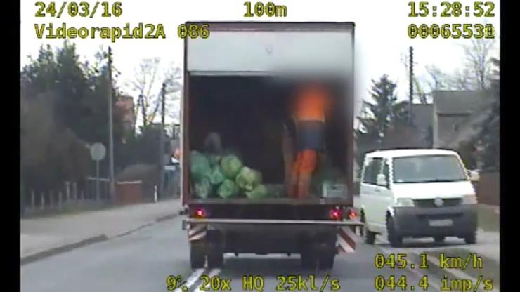 Segregowali śmieci podczas jazdy otwartą ciężarówką. Zostali zatrzymani