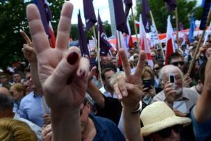 Manifestacja przed Sejmem - materiał