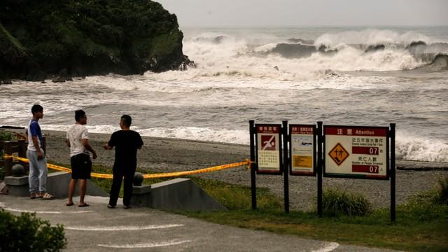 Tajfun Nepartak dotarł na Tajwan - dwie ofiary śmiertelne, uziemione samoloty