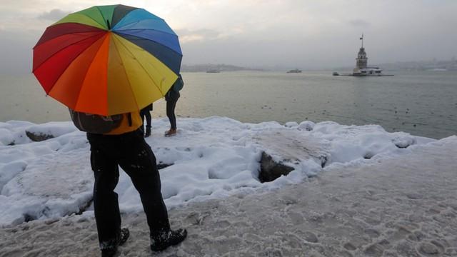 Turcja: W Stambule nadal śnieżny paraliż