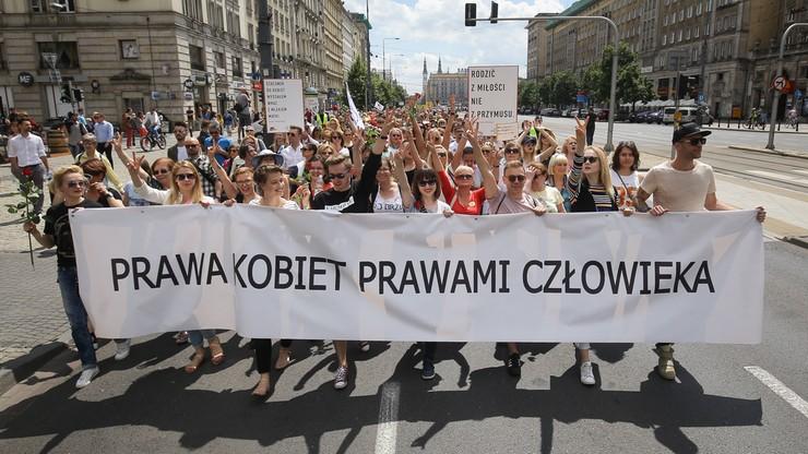 """""""Prawa człowieka prawami kobiet"""". Marsz godności na ulicach Warszawy"""