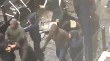 2015-10-21 Ostre starcie w Manchesterze. Kibice Sevilli zaatakowani przez fanów... Śląska Wrocław?! (WIDEO)