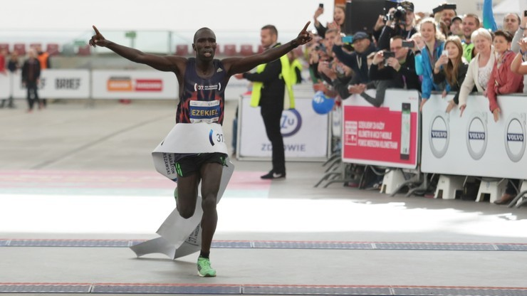 Maraton Warszawski: 100 biegaczy w strojach starożytnych wojowników