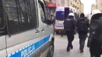 """11-11-2017 22:03 """"Siadaj k****"""". KGP zbada sprawę rzekomych słów policjanta w trakcie zatrzymania kontrmanifestantów"""