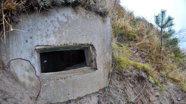 Dziwnówek: Sztormy odsłoniły zimnowojenne bunkry na bałtyckiej plaży