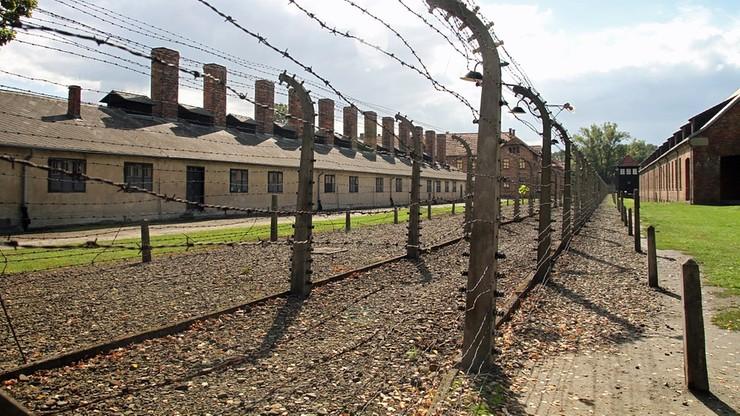 Amerykański turysta odpowie za niszczenie Muzeum Auschwitz. Ostrym narzędziem wydrapał na ścianie swoje imię