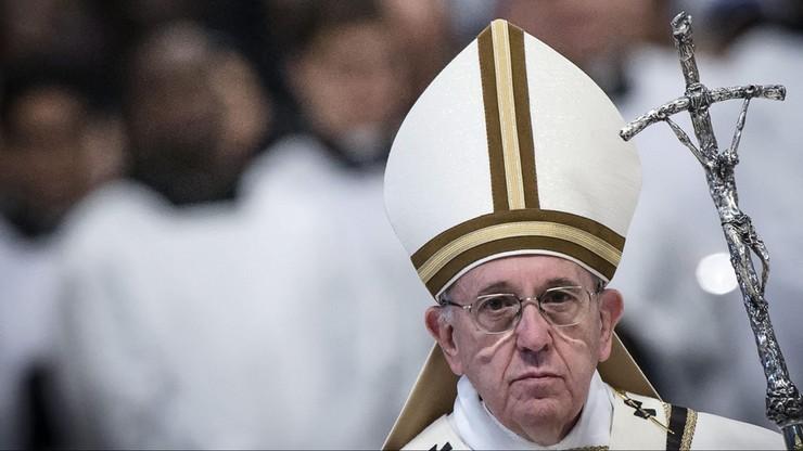 Papież obmył stopy 11 uchodźcom. Odprawił mszę w ośrodku dla migrantów
