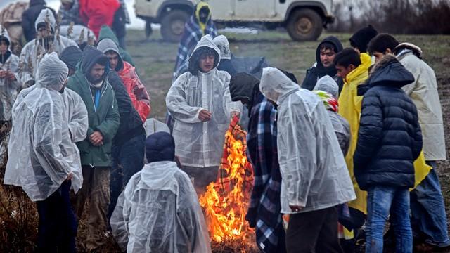 Tysiące migrantów na granicy Grecji z Macedonią. Ateny protestują