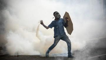 04-05-2017 05:33 Wenezuela: wóz pancerny wjechał w demonstrantów i stanął w płomieniach
