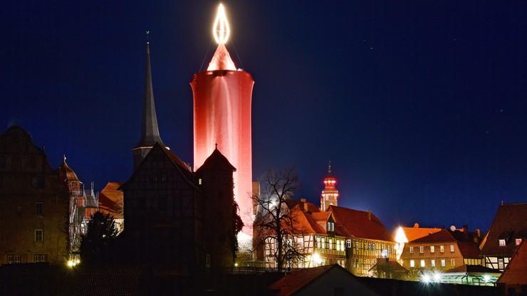 Niemieckie Schlitz zapaliło bożonarodzeniową megaświecę