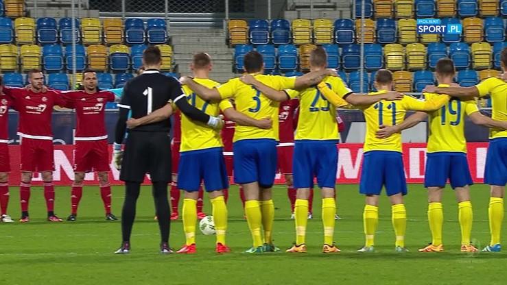Piłkarze Arki Gdynia i Drutex-Bytovii uczcili pamięć ofiar katastrofy w Kolumbii minutą ciszy