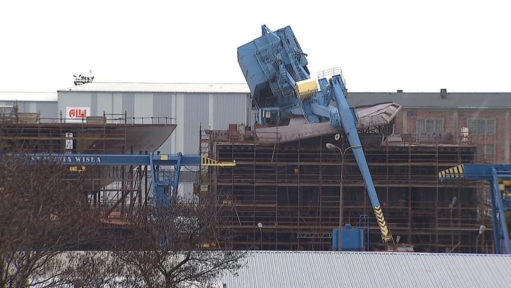 Gdańsk: dźwig przewrócił się na budowany statek. Trzy osoby ranne