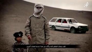 """11-02-2016 19:14 Drastyczny film Państwa Islamskiego. Czteroletni """"Jihadi Junior"""" wysadził więźniów"""