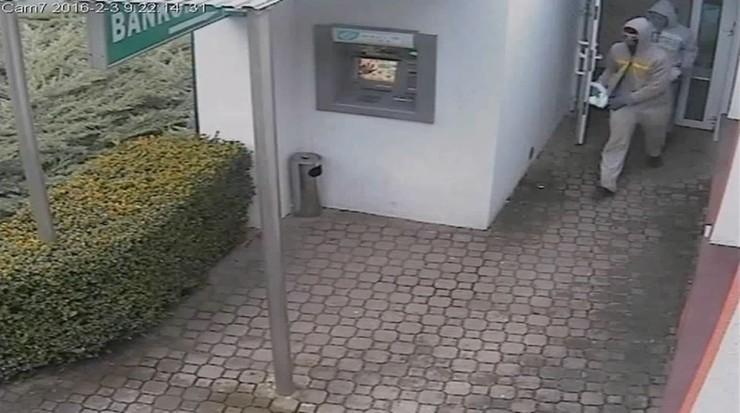 Napad na bank w Gniewinie - policja opublikowała nagranie z monitoringu