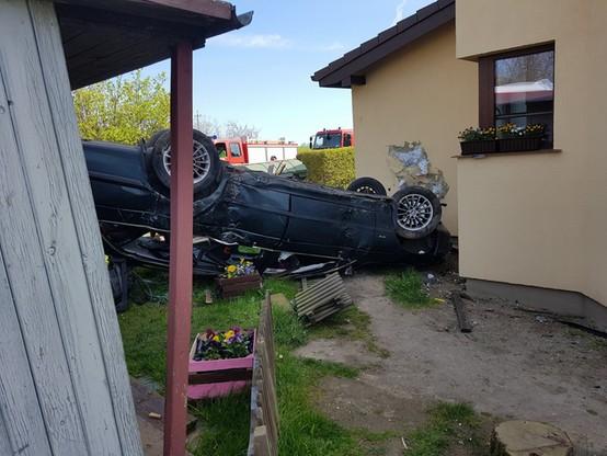Wypadek w Wierzchominie. Samochód do góry kołami w ogrodzie