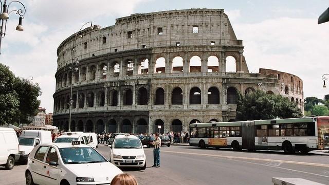 Strażnicy miejscy pilnują dziur ulicznych - niecodzienny pomysł władz Rzymu