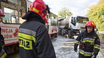 09-10-2017 21:50 Tramwaj uderzył w ciężarówkę w Łodzi. Pasażerowie z obrażeniami twarzy, głowy - skutek hamowania
