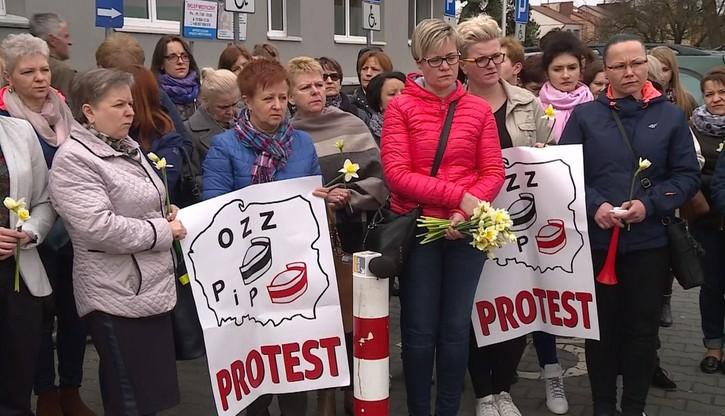 Pikieta pielęgniarek przed szpitalem w Staszowie. Grożą odejściem od łóżek pacjentów
