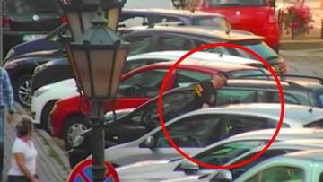 Nieprzytomny mężczyzna w zamkniętym samochodzie. Uratowali go strażnicy miejscy