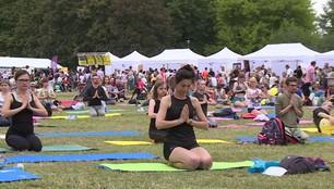Światowy dzień jogi. Czy trudno założyć nogę za głowę?
